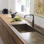 Прямоугольная мойка в интерьере кухни