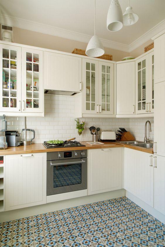 Стены кухни покрыты керамической плиткой