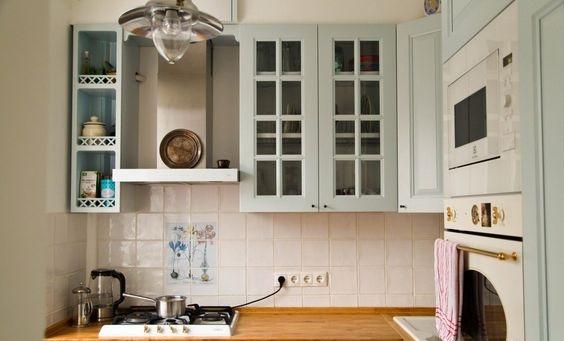 Узкие шкафы позволяют визуально увеличить пространство кухни