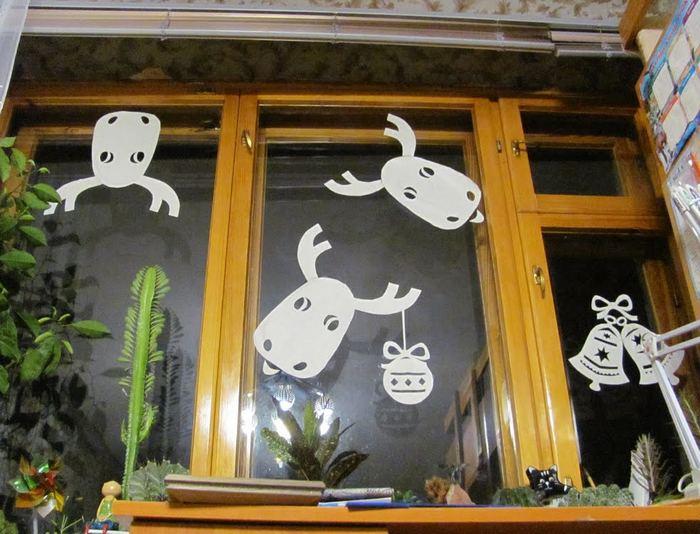 вытынанка на окне с животными