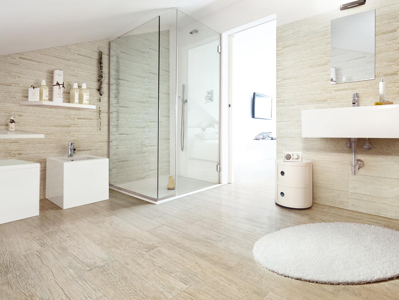 Белая ванная с душевой кабиной