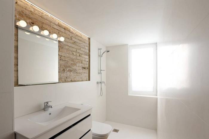 Белоснежная маленькая ванная