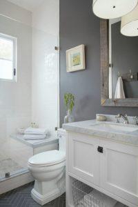 Глянцевая стена в ванной комнате