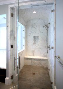 Мраморная плитка в интерьере ванной