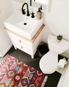 Раковина на столешнице в ванной