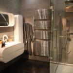 Стильное зеркало в небольшой ванной