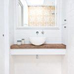 Светлое оформление ванной комнаты