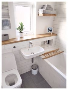 Светлый интерьер небольшой ванной