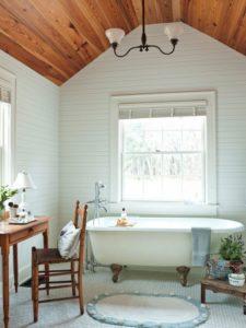 Интерьер светлой ванной с панелями
