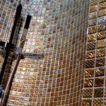 Металлическая мозаика в душевой