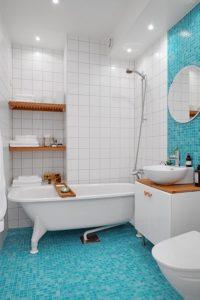 Оформление мозаикой светлой ванной