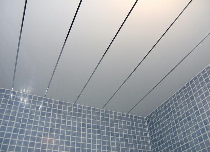 Оформление потолка пластиковыми панелями