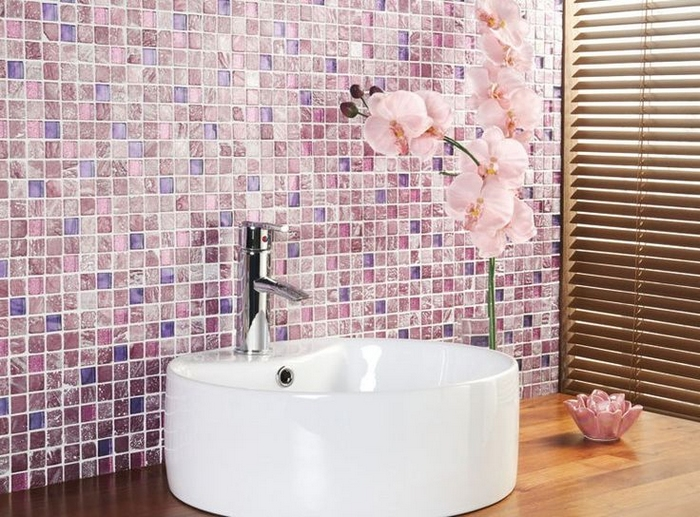 Розовая мозаичная стена