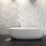 Шестиугольная плитка на стенах ванной