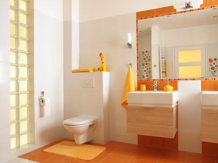 Яркая ванная комната с туалетом