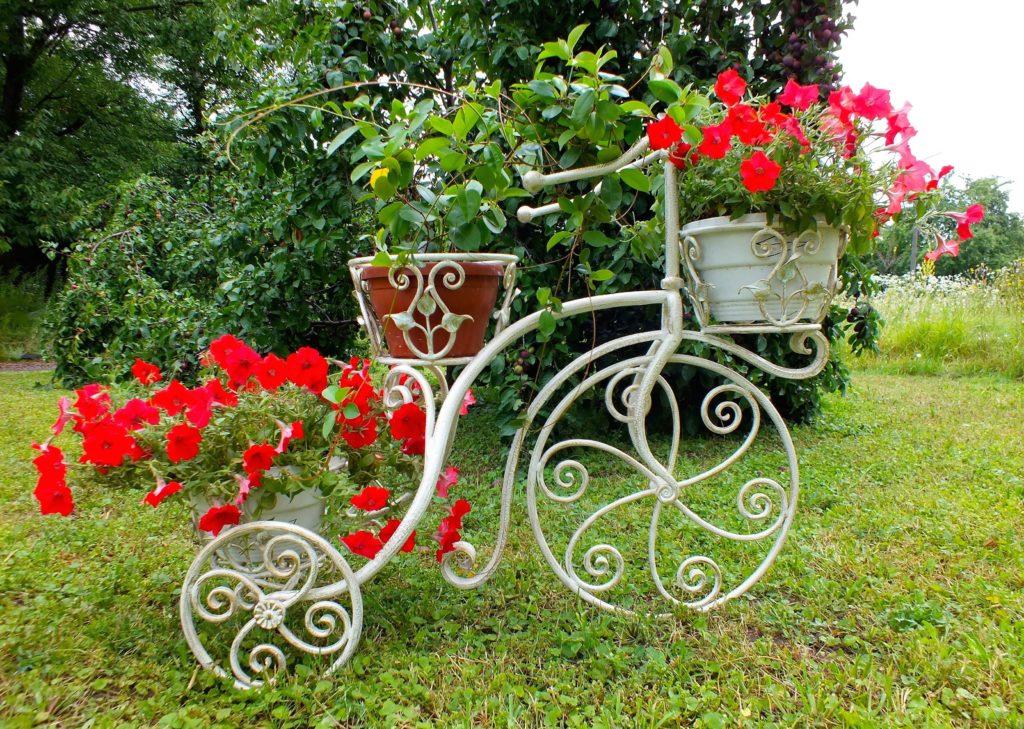 Металлическая цветочница для сада